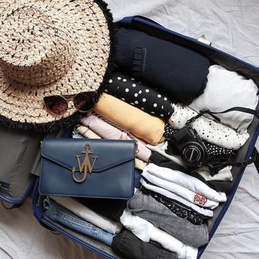 Cómo doblar camisetas para una maleta: trucos para organizarla y ganar espacio