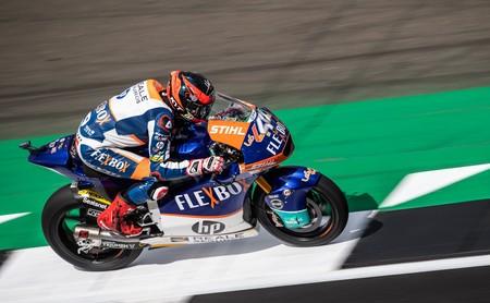 Augusto Fernández aprovecha la caída de Álex Márquez para ganar en Silverstone y completa el triplete español