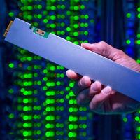 """Parece una regla de 30 centímetros pero se trata de una unidad SSD de 32 TB, la de """"mayor densidad en el mundo"""" según Intel"""