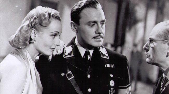 Carole Lombard, Jack Benny y Charles Halton en 'Ser o no ser'