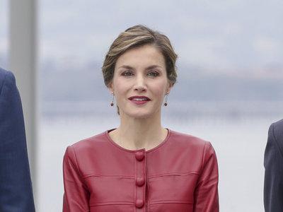 La Reina Letizia se decanta por el rojiblanco atlético para su último viaje a Santander. ¡El cuero también tiene hueco en verano!