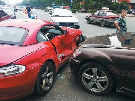 Un Mercedes S 350 y un BMW Z4, víctimas de una épica discusión paternofilial en China