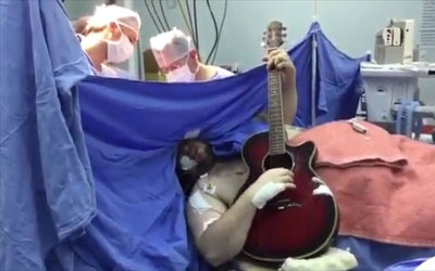 Así interpreta a The Beatles mientras le extraen un tumor cerebral, en directo desde el quirófano