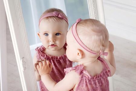 bebé juega frente al espejo