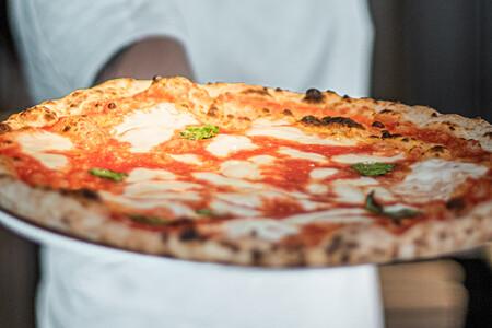 Cómo hacer la auténtica pizza napolitana en casa: seguimos la receta paso a paso con un pizzaiolo