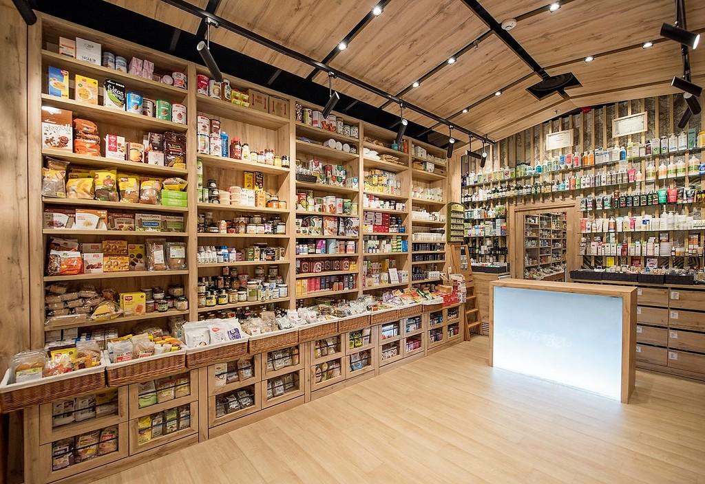 El diseño y el pequeño comercio van de la mano en la reforma de esta herboristeria de Madrid