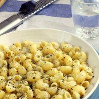 Coditos de pasta con trufa negra y queso pecorino, receta italiana lista en 12 minutos