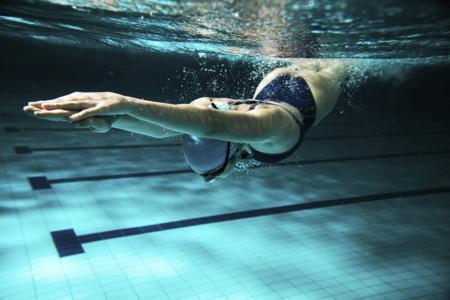 Cómo calentar y estirar cuando entrenamos natación