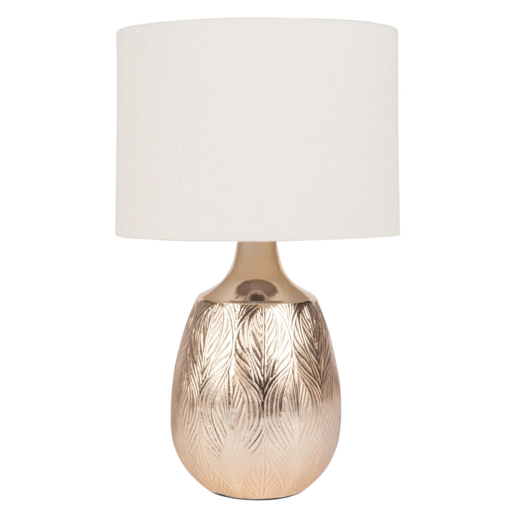 Lámpara de cerámica dorada con hojas grabadas y pantalla color crudo