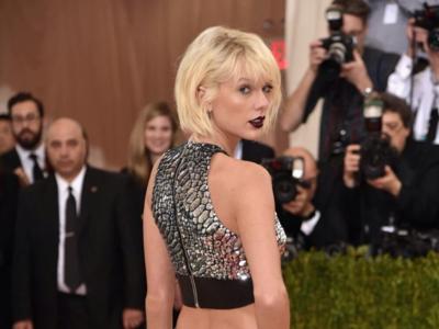 Taylor Swift se mete en la piel de la Barbie Astronauta en la gala del MET 2016