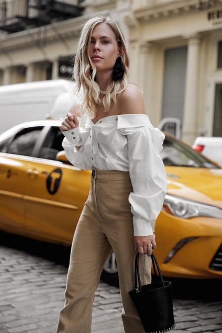como combinar un pantalon beige