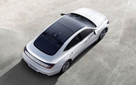 El primer coche híbrido solar de Hyundai promete hasta un 60% de recarga de la batería solo con la luz del sol