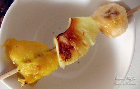 Postres fáciles y rápidos XIII: Brochetas de fruta a la plancha con sal vainillada y guindilla