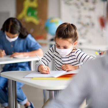 Aulas cerradas, padres desesperados y pediatras colapsados: la caótica realidad de la vuelta al cole