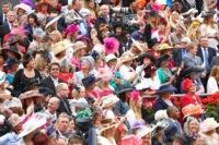 Los sombreros y tocados más locos en Ascot 2012