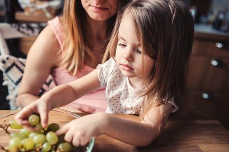 Los 17 alimentos que más atragantamientos provocan en niños y cómo ofrecerlos para evitarlo