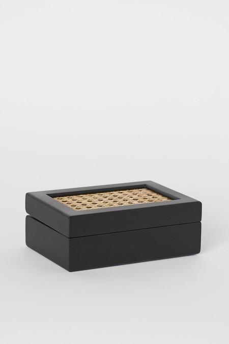 Caja de madera y mimbre