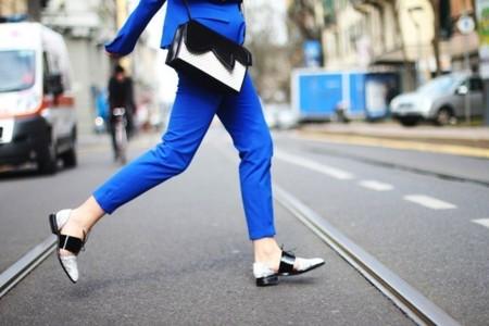 Llega a nuestros armarios el traje-pantalón en azul. La versión más molona de todos los tiempos