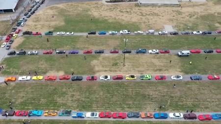 2,100 autos deportivos marchan en caravana para cumplir el último deseo de un pequeño