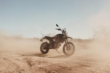 Ducati Scrambler Desert Sled Fasthouse: aires de carreras para la Scrambler más gamberra, por 12.690 euros
