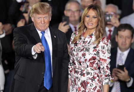 Melania Trump apuesta por un vestido estampado de 2.200 euros para su última aparición pública