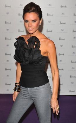 Victoria Beckham presenta su colección de ropa dVb