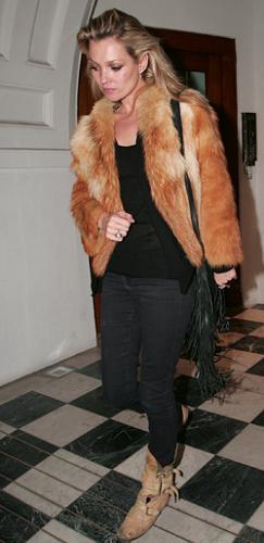 Cómo lucir pieles sin parecer una señora, por Kate Moss
