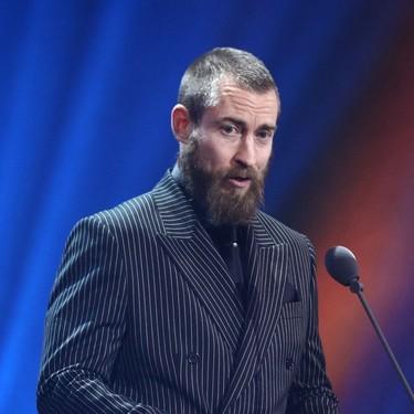 Justin O'shea le da una nueva dimensión al look en negro durante los premios GQ de Alemania