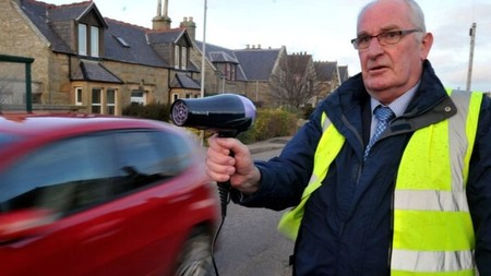 ¡Alto, secador! Así luchan los habitantes de este pueblo escocés contra el exceso de velocidad