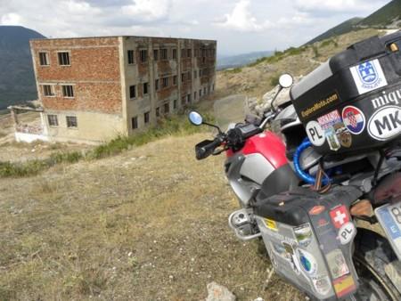 Albania en moto, surrealismo en la última frontera europea