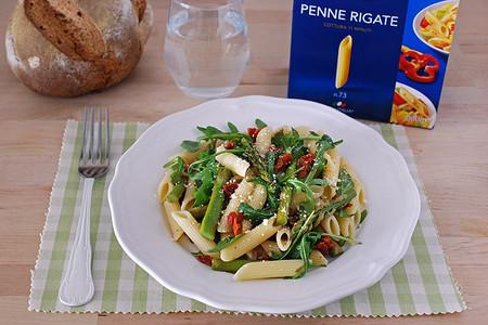 Ensalada de Penne Rigate con espárragos, rúcula y tomate seco