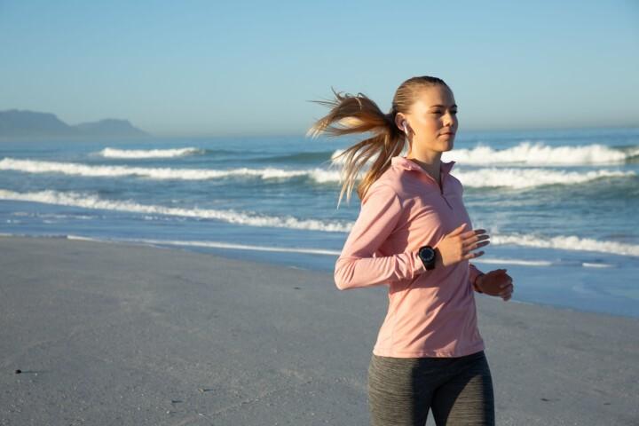 Corre en la playa sin riesgos de lesiones: siete claves para practicar running en la arena de forma segura