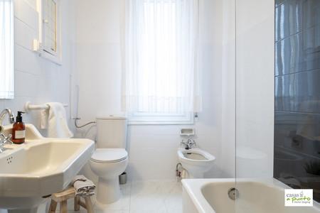 Antes y después: el poderoso recurso de la pintura de azulejos para cambiar el aspecto de un baño