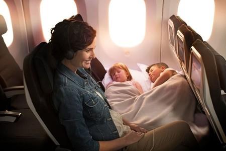La aerolínea Air New Zealand lanza unos asientos que permiten que los niños duerman junto a los padres en sus aviones