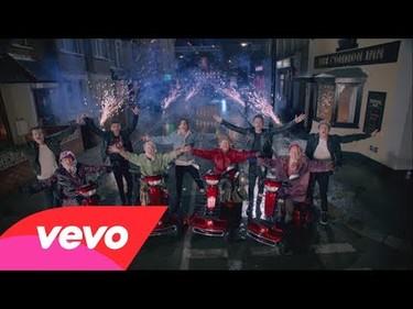 Los One Direction, a tope con la tercera edad en su nuevo videoclip