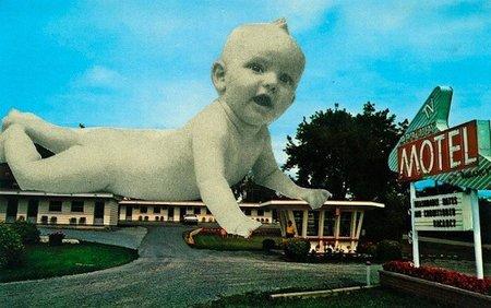 Olvidar al bebé en el hotel