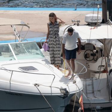 Ana Soria apuesta por un mono camisero de Mango con estampado setentero para ir en barco en Almería