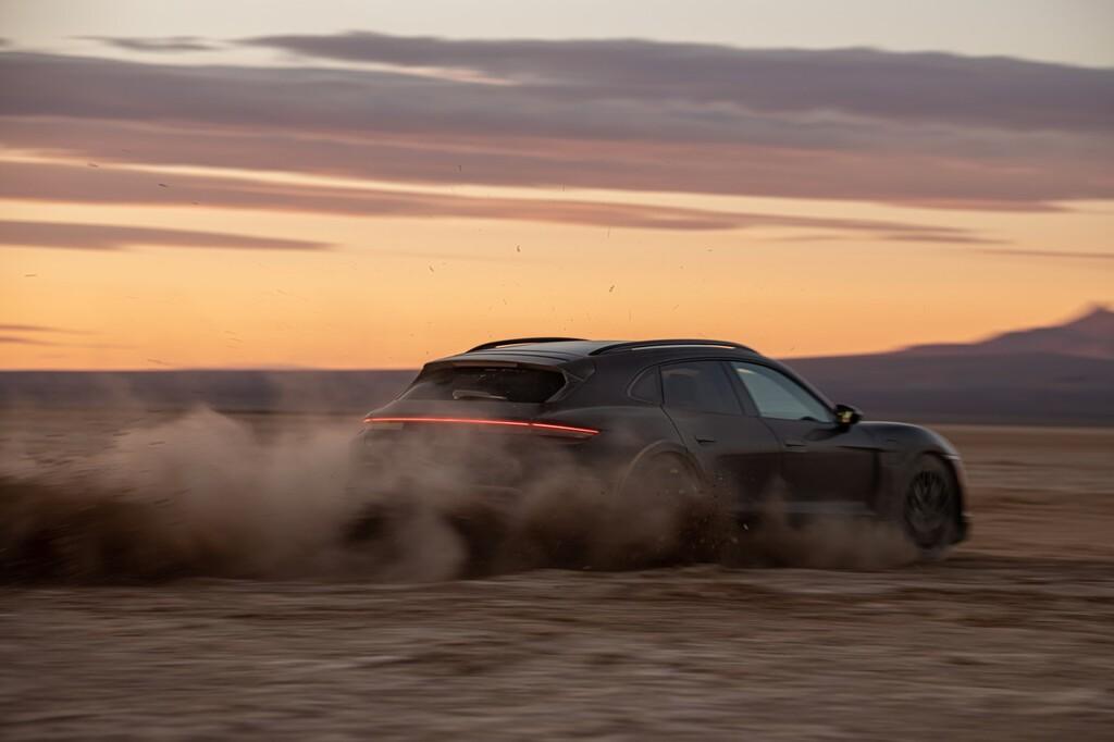 El Porsche Taycan Cross Turismo se exprime sobre tierra, barro y nieve a pocos días de su presentación