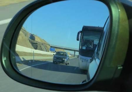 Los autobuses y camiones también están obligados a mantener la distancia de seguridad, algo que no ocurre en la imagen