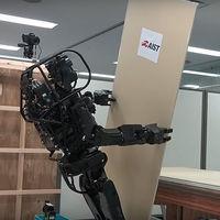 """Este robot humanoide contratista es capaz de instalar paneles y usar herramientas, pero no está pensado para """"robarnos"""" el trabajo"""
