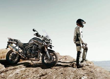 Triumph lanza al mercado sus conjuntos de ropa Adventure Mesh y Kalahari