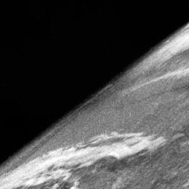 Esta es la primera foto de la Tierra capturada desde el espacio: se logró hace 75 años con una cámara montada en un cohete alemán