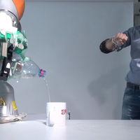 Una mano protésica combina por primera vez control humano y robótico para mejorar la destreza del usuario
