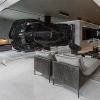 ¿Un automóvil de lujo como pieza decorativa principal en tu casa? Una idea sorprendente pero real en este apartamento en Miami