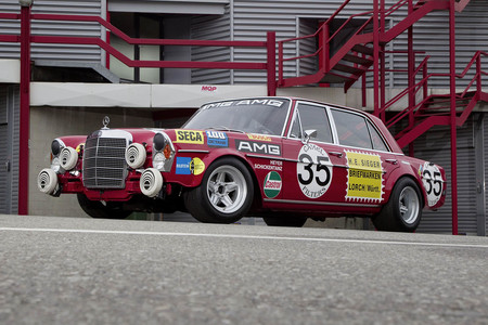 Así es como se gana una carrera con una limusina, el Mercedes 300 SEL 6.8 AMG