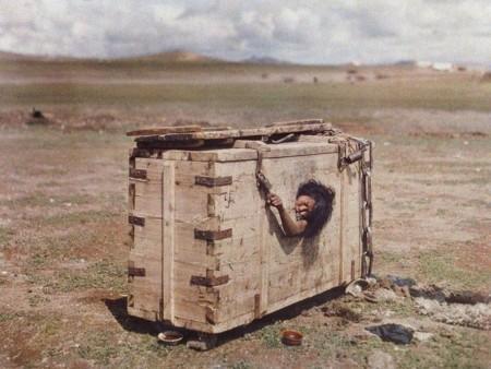 Mujer Mongola Dentro De Una Caja