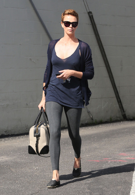 Charlize Theron cresta look