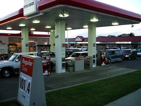 Mire la cotización del barril de Brent antes de echar gasolina
