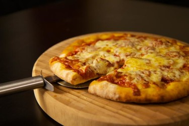 La felicidad es compartir una pizza casera. Y estos son los trucos para que te salga de muerte
