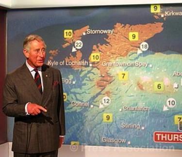 El Príncipe Carlos sí que lo parte presentando el tiempo